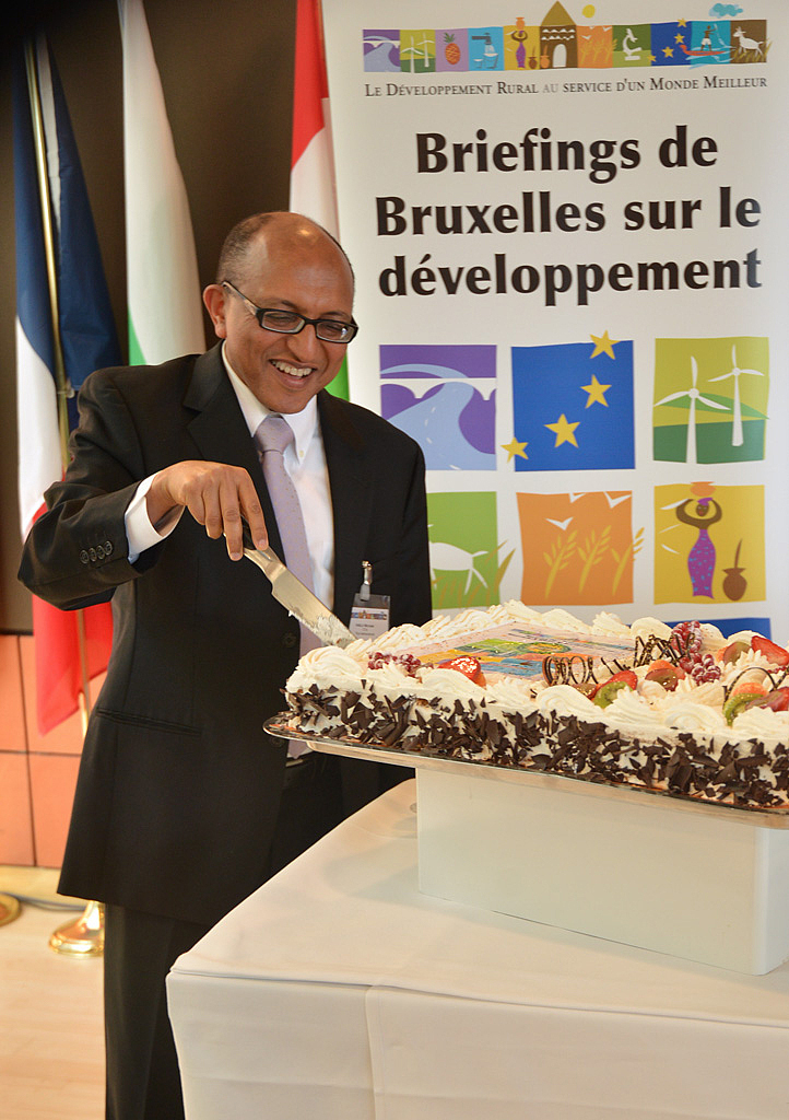 Mr. Hailu cutting the celebration cake for the 30th Brussels Briefing